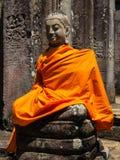 Άγαλμα στην κίτρινη τήβεννο στους ναούς Angkor Wat Bayon Στοκ Φωτογραφία