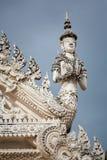 Άγαλμα στόκων του αγγέλου φυλάκων στη στάση χαιρετισμού Στοκ Φωτογραφία