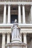 Άγαλμα της βασίλισσας Anne μπροστά από τον καθεδρικό ναό του ST Paul, Λονδίνο, Ηνωμένο Βασίλειο Στοκ εικόνα με δικαίωμα ελεύθερης χρήσης