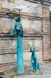 Άγαλμα της γυναίκας στην πόλη Signagi ή Sighnaghi Γεωργία στοκ εικόνα