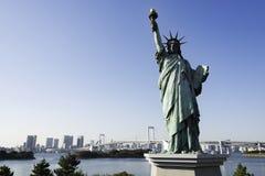 Άγαλμα της ελευθερίας και της γέφυρας ουράνιων τόξων, Τόκιο Στοκ Φωτογραφία