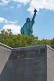 Άγαλμα της ελευθερίας που βλέπει πίσω πίσω από έναν τοίχο, ηλιόλουστη ημέρα Στοκ Φωτογραφία
