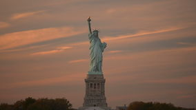 Άγαλμα της ελευθερίας στο ηλιοβασίλεμα απόθεμα βίντεο