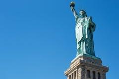 Άγαλμα της ελευθερίας στο μπλε ουρανό, χαμηλή άποψη γωνίας Στοκ Εικόνες