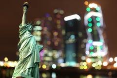 Άγαλμα της Νέας Υόρκης της ελευθερίας ενάντια στην πόλη Στοκ εικόνα με δικαίωμα ελεύθερης χρήσης