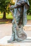 Άγαλμα της Stevie Ray Vaughan μπροστά από το στο κέντρο της πόλης Ώστιν και το κοβάλτιο στοκ φωτογραφία με δικαίωμα ελεύθερης χρήσης