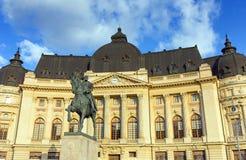 Άγαλμα του βασιλιά Carol Ι μπροστά από την κεντρική πανεπιστημιακή βιβλιοθήκη του Βουκουρεστι'ου, Ρουμανία Στοκ Εικόνες