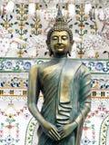 Άγαλμα του ΒΟΥΔΑ χαλκού μπροστά από τις λεπτομέρειες διακοσμήσεων διακοσμήσεων του διάσημου ιστορικού stupa βουδισμού σε WAT ARUN Στοκ φωτογραφία με δικαίωμα ελεύθερης χρήσης