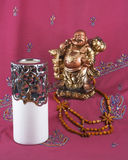 Άγαλμα του Βούδα, κάτοχος κεριών, ξύλινες χάντρες Στοκ Φωτογραφίες