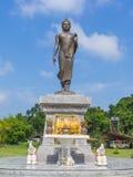 Άγαλμα του Βούδα κάτω από το μπλε ουρανό Στοκ εικόνες με δικαίωμα ελεύθερης χρήσης