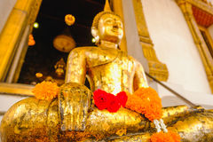 Άγαλμα του Βούδα με την ταϊλανδική αρχιτεκτονική τέχνης και μεγάλο χρυσό υπόβαθρο του Βούδα στην εκκλησία Στοκ Εικόνες