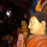 Άγαλμα του Βούδα με το ζωηρόχρωμο αρχαίο σχεδιασμό στοκ φωτογραφίες με δικαίωμα ελεύθερης χρήσης