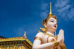 Άγαλμα του Βούδα μπροστά από το ναό Στοκ εικόνες με δικαίωμα ελεύθερης χρήσης