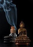 Άγαλμα του Βούδα, ουσιαστικό πετρέλαιο και πέτρες zen Στοκ Φωτογραφία
