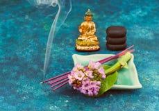 Άγαλμα του Βούδα, ρόδινα λουλούδια, zen πέτρες, ραβδιά θυμιάματος Στοκ Εικόνα