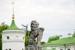 Άγαλμα του λιονταριού που κρατά μια ασπίδα στα πόδια του Βασιλοπρεπές λιοντάρι που κλίνει στην κενή εραλδική ασπίδα κοντά στην εί Στοκ Εικόνα