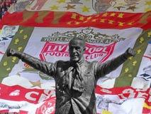 Άγαλμα του Μπιλ shankly που επιβάλλεται στο υπόβαθρο Anfield Στοκ Εικόνες