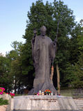Άγαλμα του Πάπαντος Ιωάννης Παύλος Β' μπροστά από τη λάρνακα και το φράγκο στοκ φωτογραφία με δικαίωμα ελεύθερης χρήσης