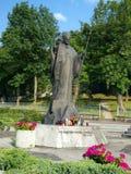 Άγαλμα του Πάπαντος Ιωάννης Παύλος Β' μπροστά από τη λάρνακα και το φράγκο στοκ εικόνες