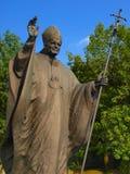 Άγαλμα του Πάπαντος Ιωάννης Παύλος Β' μπροστά από τη λάρνακα και το φράγκο στοκ φωτογραφίες με δικαίωμα ελεύθερης χρήσης