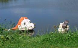 Άγαλμα του παίζοντας παιχνιδιού κοριτσιών στο νερό Στοκ Φωτογραφία