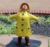 Άγαλμα του παιχνιδιού μικρών παιδιών στη βροχή Στοκ Εικόνες