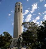 Άγαλμα του Christopher Columbus και πύργος Coit στο πάρκο πρωτοπόρων, SFO, Καλιφόρνια Στοκ Φωτογραφία