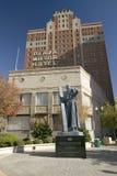 Άγαλμα του Garcia de Σαν Φρανσίσκο με το σταυρό μπροστά από το ξενοδοχείο μηχανών Plaza στην περιοχή Plaza του Ελ Πάσο, Τέξας Στοκ Φωτογραφίες