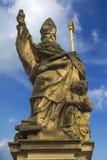 Άγαλμα του ST Anthony της Πάδοβας στη γέφυρα του Charles στην Πράγα Στοκ Εικόνες
