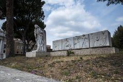 Άγαλμα του ST Catherine της Sienna από το Castel Sant'Angelo από τον ποταμό Tiber στη Ρώμη Ιταλία Στοκ φωτογραφίες με δικαίωμα ελεύθερης χρήσης