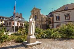 Άγαλμα του ST Therese του παιδιού Ιησούς στο τετράγωνο στο μέτωπο στοκ εικόνα