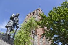 Άγαλμα του troelstra δίπλα στον πύργο oldehove στο κέντρο του leeu Στοκ φωτογραφίες με δικαίωμα ελεύθερης χρήσης
