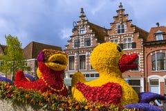 Άγαλμα φιαγμένο από τουλίπες στην παρέλαση λουλουδιών στο Χάρλεμ Κάτω Χώρες στοκ εικόνα με δικαίωμα ελεύθερης χρήσης