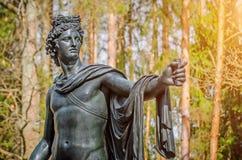 Άγαλμα χαλκού ατόμων ` s της θεότητας στα ξύλα Στοκ Εικόνα
