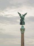 Άγαλμα χαλκού ενός αγγέλου που ένα στεφάνι δαφνών, που βρίσκεται στο Βερολίνο Στοκ Εικόνες