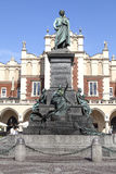 Άγαλμα χαλκού του Adam Mickieiwcz, κύριο τετράγωνο αγοράς, Κρακοβία, Πολωνία Στοκ φωτογραφίες με δικαίωμα ελεύθερης χρήσης