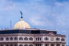 Άγαλμα χαλκού υδραργύρου πάνω από το θόλο Lonja del Commercio στοκ εικόνες με δικαίωμα ελεύθερης χρήσης