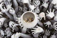 Άγαλμα χεριών από την κόλαση στον άσπρο ναό Στοκ φωτογραφίες με δικαίωμα ελεύθερης χρήσης