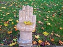 Άγαλμα χεριών με το φύλλο Στοκ Εικόνες