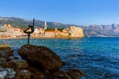 Άγαλμα χορευτών και παλαιά πόλη σε Budva Μαυροβούνιο Στοκ φωτογραφία με δικαίωμα ελεύθερης χρήσης