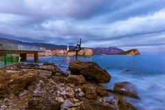 Άγαλμα χορευτών και παλαιά πόλη σε Budva Μαυροβούνιο Στοκ εικόνες με δικαίωμα ελεύθερης χρήσης