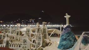Άγαλμα Χριστού τέχνης άμμου τη νύχτα στην παραλία Copacabana Στοκ εικόνες με δικαίωμα ελεύθερης χρήσης