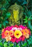 Άγαλμα Ganesh με hibiscus τα λουλούδια, Ταϊλάνδη Στοκ Φωτογραφίες