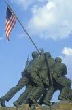 Άγαλμα Iwo Jima, μνημείο σωμάτων Αμερικανικού Ναυτικού στο εθνικό νεκροταφείο του Άρλινγκτον, ΣΥΝΕΧΈΣ ΡΕΎΜΑ της Ουάσιγκτον S Μνημ Στοκ Εικόνα