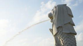 Άγαλμα Merlion ενάντια στον ουρανό πρωινού απόθεμα βίντεο