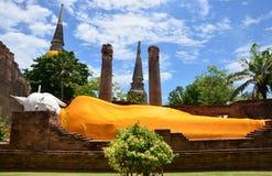 Άγαλμα Prang και ξαπλώματος Βούδας του chai yai Wat mongkhon Στοκ Εικόνα
