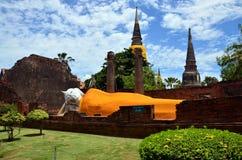 Άγαλμα Prang και ξαπλώματος Βούδας του chai yai Wat mongkhon Στοκ εικόνες με δικαίωμα ελεύθερης χρήσης