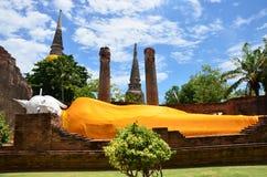 Άγαλμα Prang και ξαπλώματος Βούδας του chai yai Wat mongkhon Στοκ φωτογραφίες με δικαίωμα ελεύθερης χρήσης