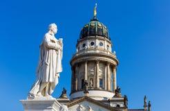 Άγαλμα Schiller μπροστά από το γαλλικό καθεδρικό ναό στοκ εικόνα