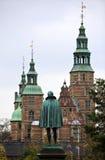 Άγαλμα Tycho Brahe που κοιτάζει προς το κάστρο Rosenborg αναγέννησης στην Κοπεγχάγη Το κάστρο ήταν κατασκευή 23 έτη μετά από Tych Στοκ εικόνες με δικαίωμα ελεύθερης χρήσης